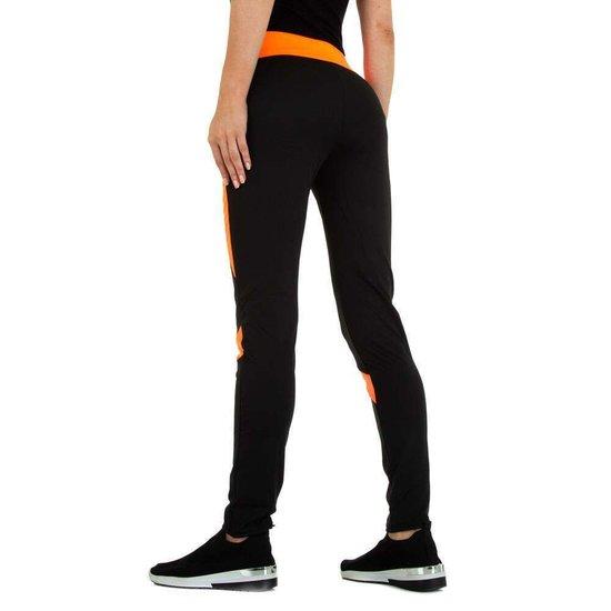 Sportieve zwarte legging met oranje lijnenspel.
