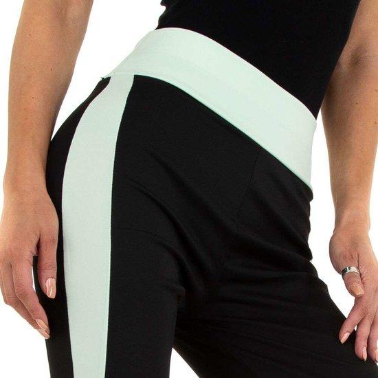 Sportieve zwarte legging met groen lijnenspel.