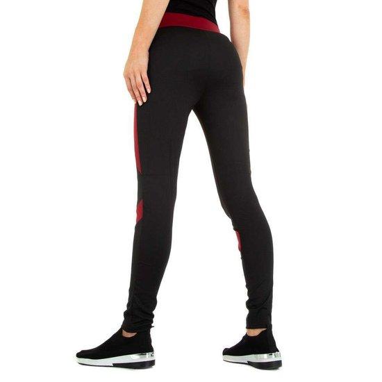 Sportieve zwarte legging met rood lijnenspel.