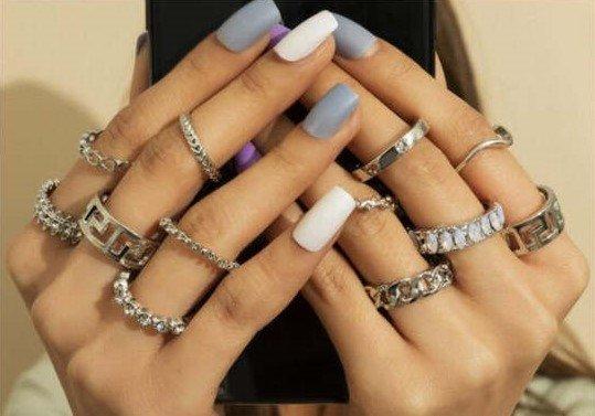 12 delige zilveren ringenset.