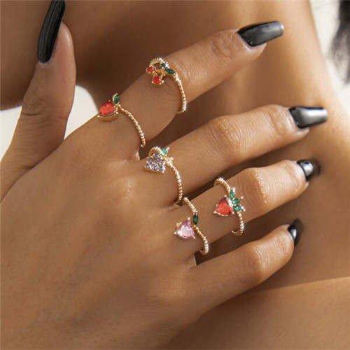 4 delige gouden ringenset met kleurige bergkristallen.