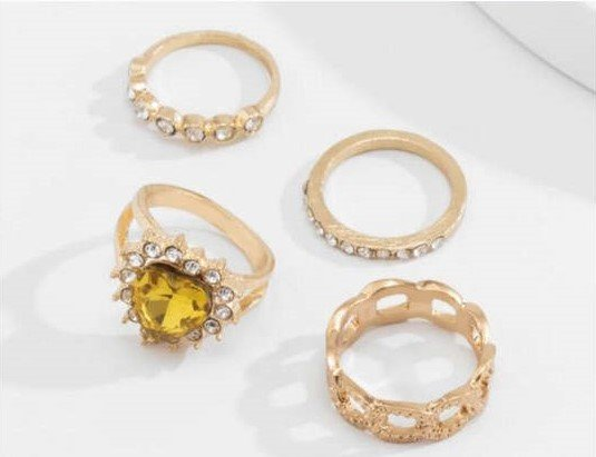 4 delige gouden ringenset gothic style.