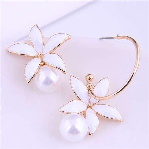 Witte bloem oorbellen.