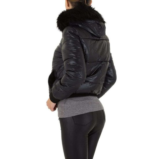 Korte zwarte gewatteerde winterjas.