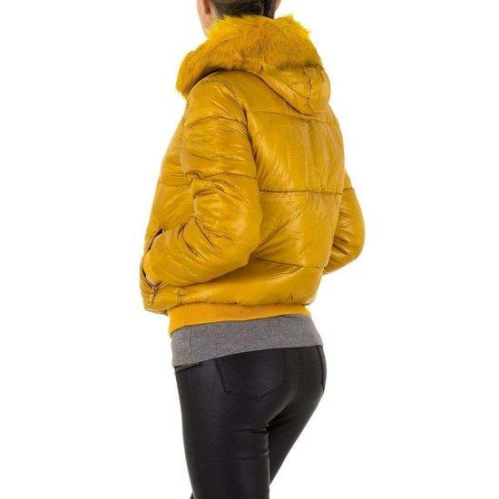 Korte gele gewatteerde winterjas.