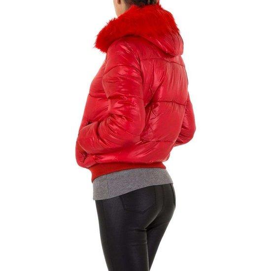 Korte rode gewatteerde winterjas.