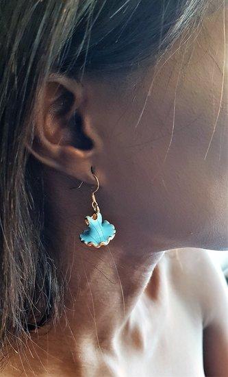 Blauwe oorbellen pump en jurk.