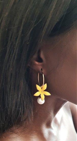 Gele bloem oorbellen.