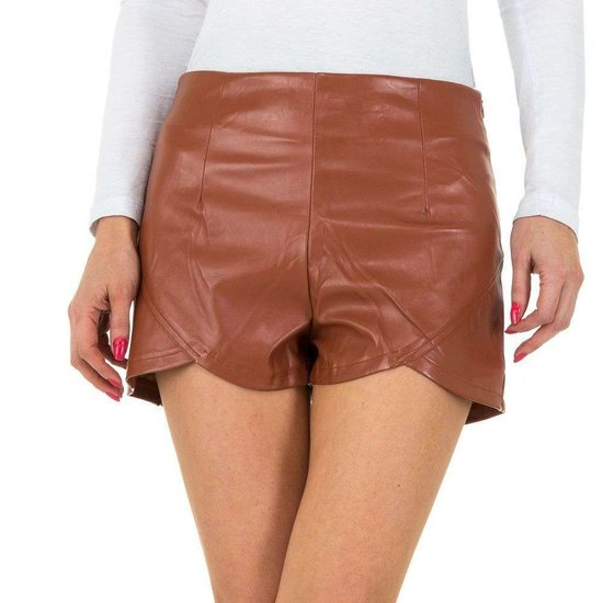 Short in leather look.