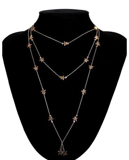Drielaagse halsketting met sterren.