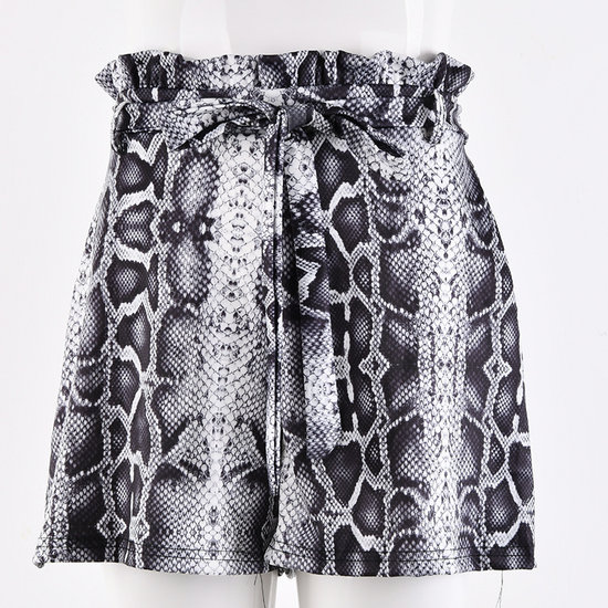 High waist short met snake print.