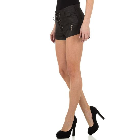 High waist short in leather look.